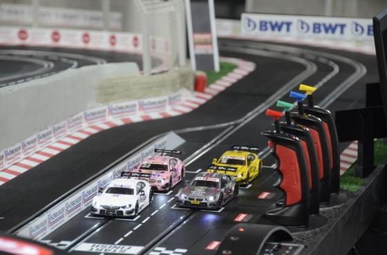 Hörburger installiert Carrerabahn für guten Zweck
