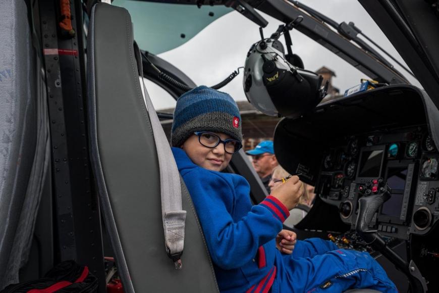'Junger Patient aus Imst bekommt Hubschrauberflug mit Serienstars'-Bild-2