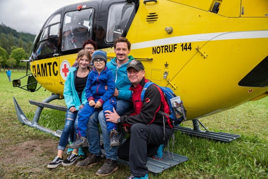 'Junger Patient aus Imst bekommt Hubschrauberflug mit Serienstars'-Bild-7