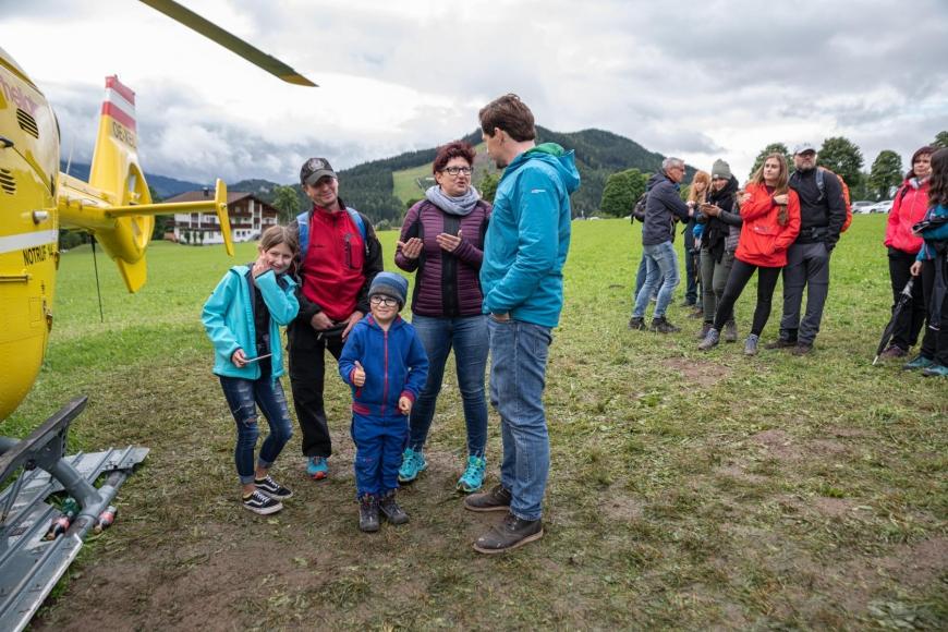 'Junger Patient aus Imst bekommt Hubschrauberflug mit Serienstars'-Bild-15