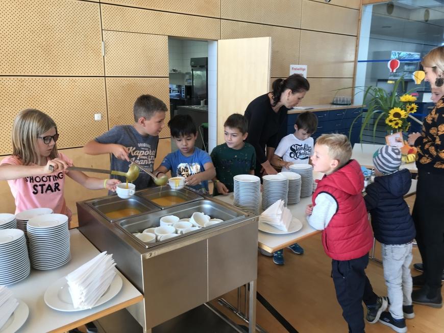 'Tolle Spende nach Verkauf von Kürbissuppe als soziales Schulprojekt'-Bild-1