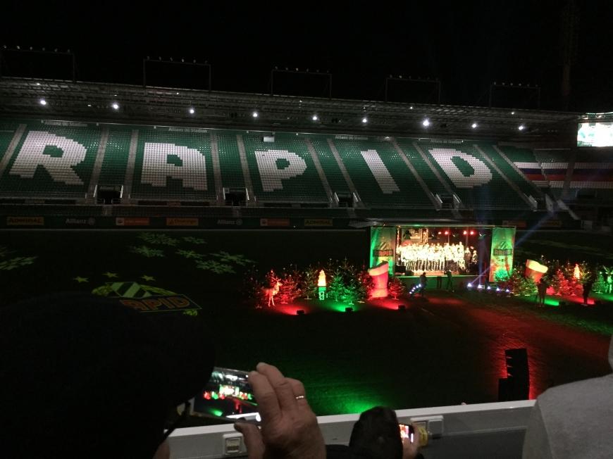 'Beliebter Fußballclub lud Fans zur Weihnachtsfeier mit Typisierung ins Stadion ein'-Bild-3